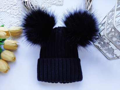 Зимняя шапка с помпонами