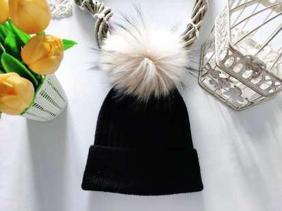 Стрейчевая зимняя шапка с натуральным мехом