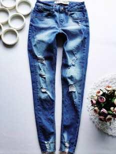 Модные рваные женские джинсы